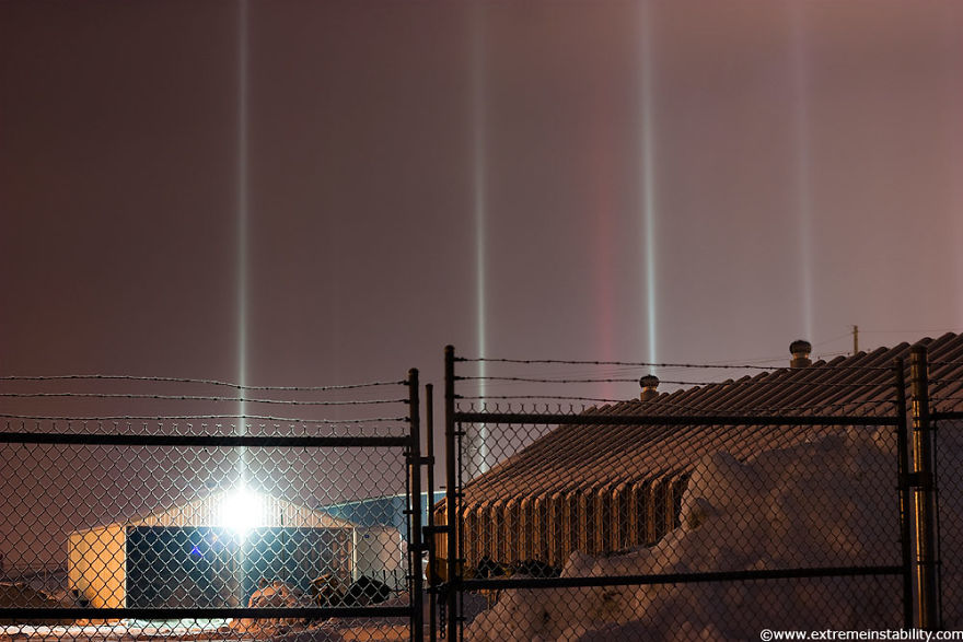 light-pillars-night-sky-ontario-timothy-joseph-elzinga-21-58788ef5efcea__880
