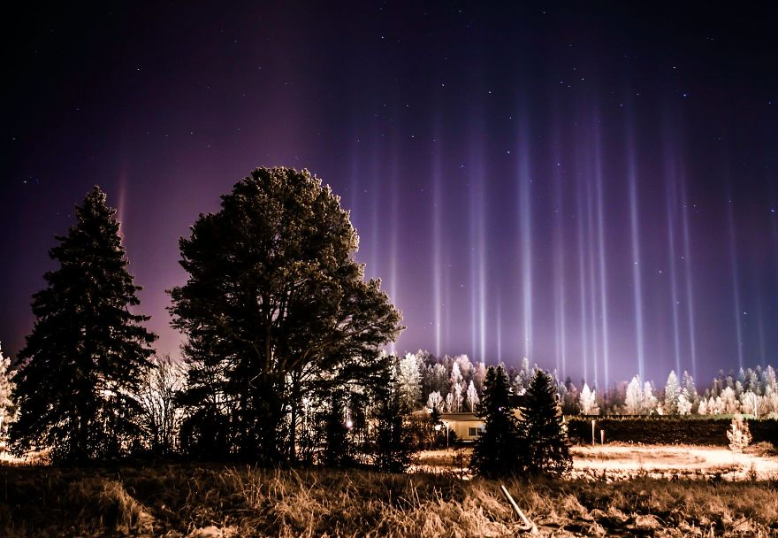 light-pillars-night-sky-ontario-timothy-joseph-elzinga-44-58788f2ff37d4__880