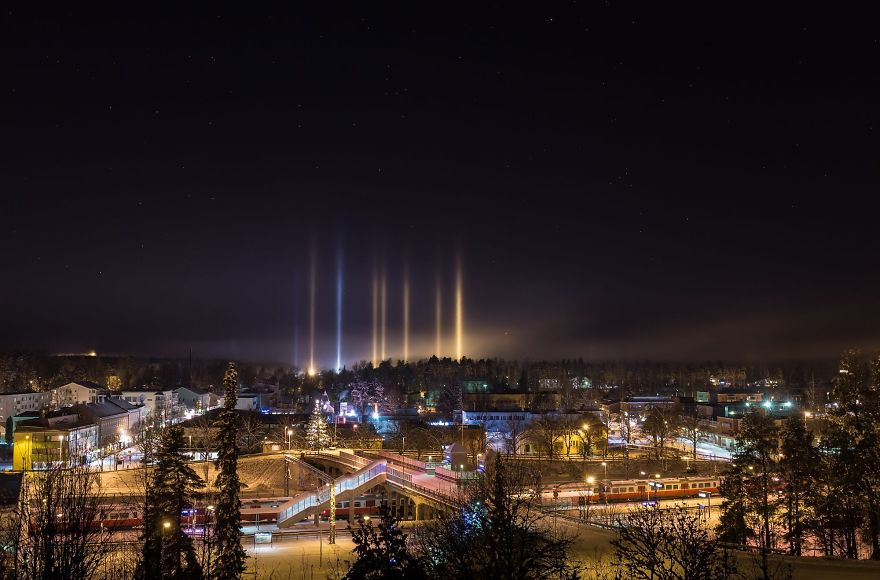 light-pillars-night-sky-ontario-timothy-joseph-elzinga-45-58788f32d835d__880