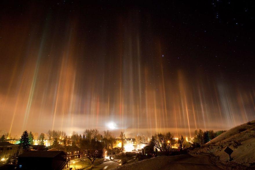 light-pillars-night-sky-ontario-timothy-joseph-elzinga-35-58788f188112a__880